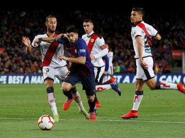 Suárez intenta avanzar ante la defensa del Rayo Vallecano