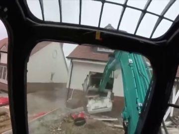 Un obrero graba cómo destruye cinco casas porque sus jefes no le pagaron el sueldo