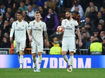 Los jugadores del Real Madrid, abatidos en el partido contra el Ajax