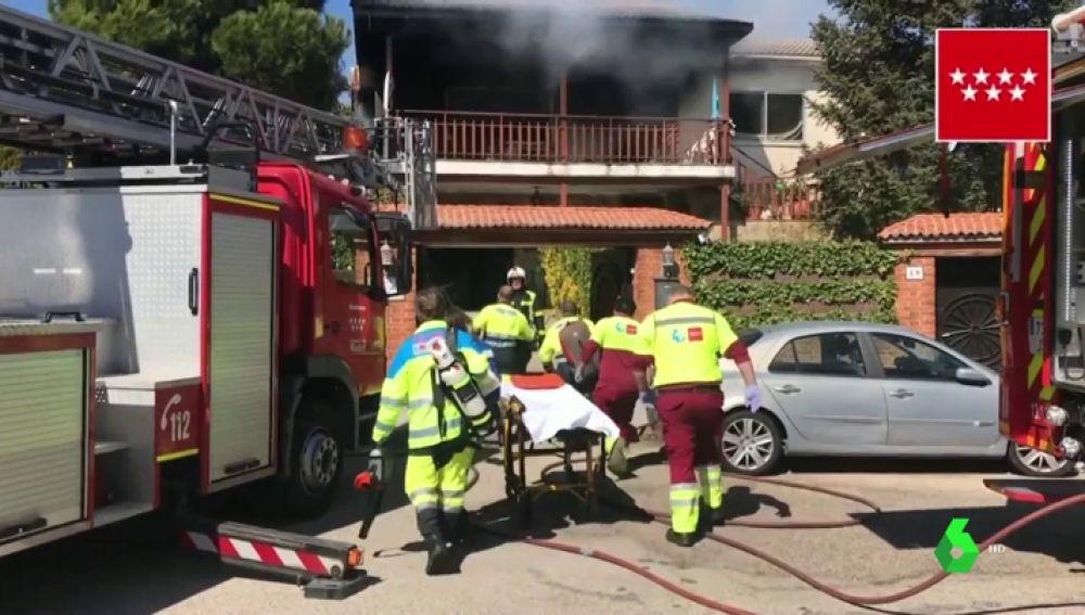 Un camión de bomberos junto a personal sanitario en un incendio en Madrid