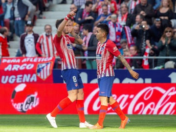 Saúl celebra un gol con Correa