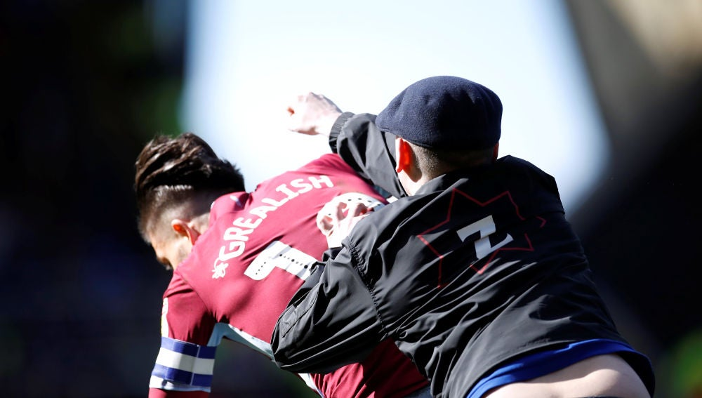 Momento de la agresión de un hooligan a Grealish, del Aston Villa