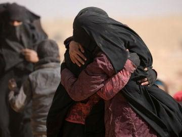 Dos mujeres se abrazan cerca del pueblo Baghouz, provincia de Deir Al Zor.