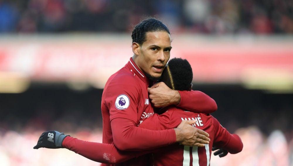 Mane celebra un gol con Van Dijk