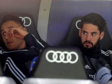 Isco, junto a Keylor Navas en el banquillo del Real Madrid
