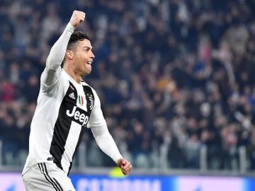 Cristiano Ronaldo marca un gol ante el Atlético.