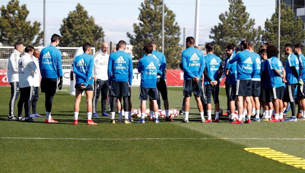 Charla de Zidane a sus jugadores en Valdebebas