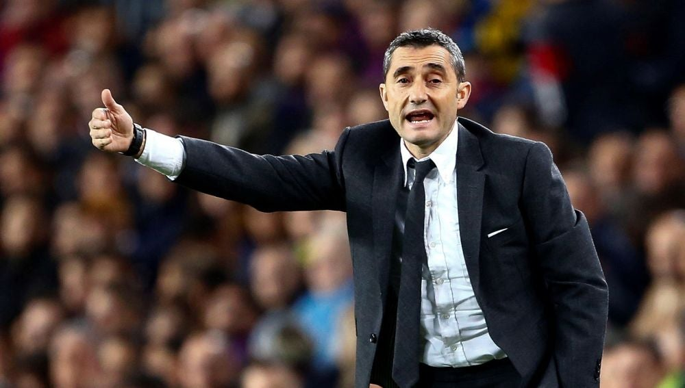 Ernesto Valverde, en la banda del Camp Nou