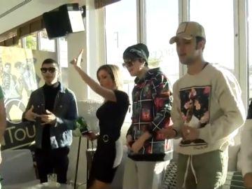 Bea Jarrín se arranca a bailar una canción de reggaeton con CNCO en la primera entrevista que da el grupo en España
