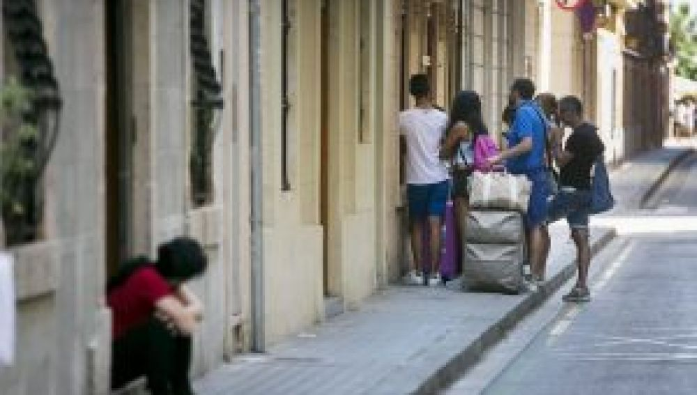 Turistas entrando en un piso de alquiler vacacional