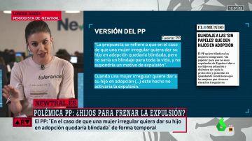 Lorena Baeza muestra el escrito del PP