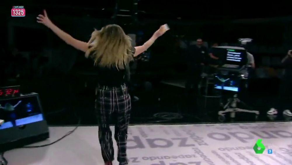 Anna Simon le 'roba' 50 euros a una chica del público tras tocarle en el sorteo de Zapeando