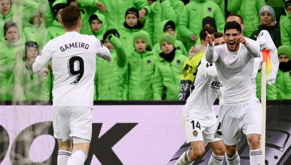 Guedes celebra su gol con el Valencia