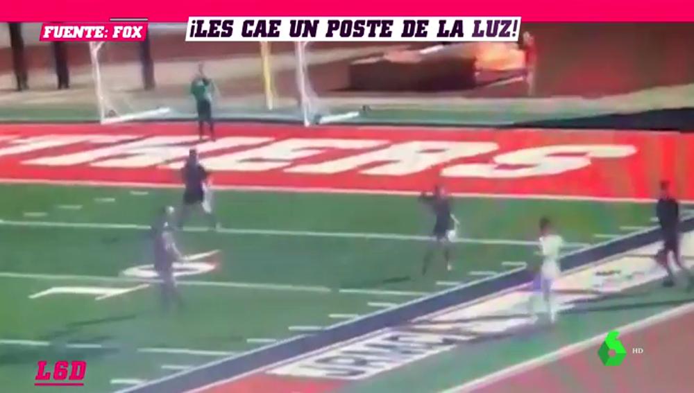 Duras imágenes: un poste de luz cae en pleno partido de fútbol y rompe una pierna al árbitro