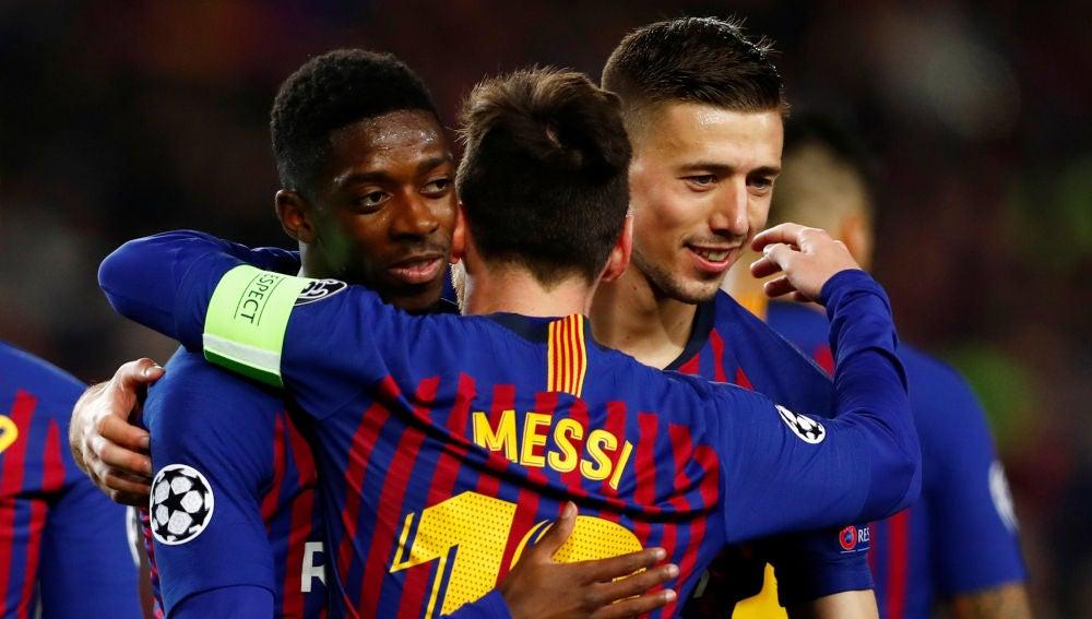 Dembelé se abraza a Messi en el choque contra el Lyon