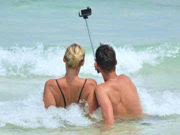 Dos jóvenes se hacen un selfi