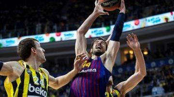 Ante Tomic lanza a canasta ante la defensa turca