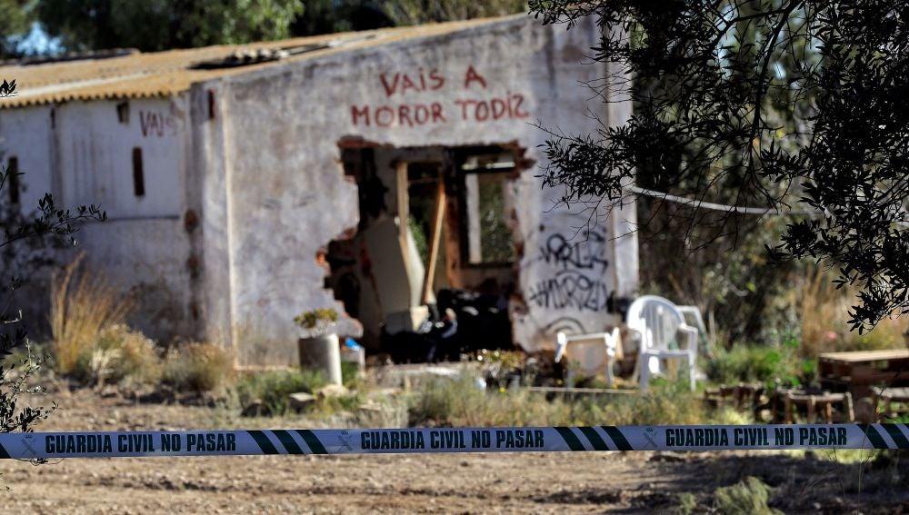 Agentes de la Policía Científica de la Guardia Civil investigan la muerte de los niños