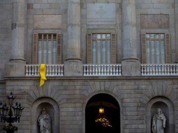 Un lazo amarillo en el balcón de la fachada del Ayuntamiento de Barcelona
