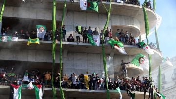 Manifestantes argelinos protestan contra el presidente Buteflika