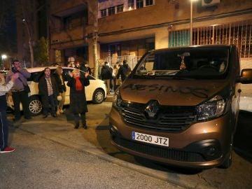 Carga policial contra los manifestantes que tratan de vengar muerte de vecino