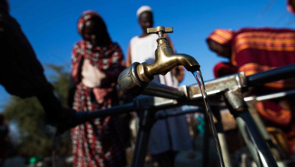 Refugiados recogen agua en un campo de Darfur, en Sudán.