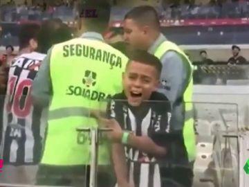 Un padre 'pasa' del llanto de su hijo para intentar llevarse una camiseta