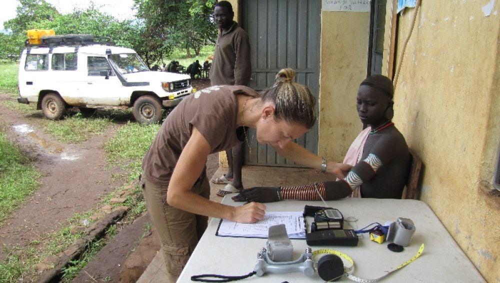 Investigadora tomando muestras de un voluntario