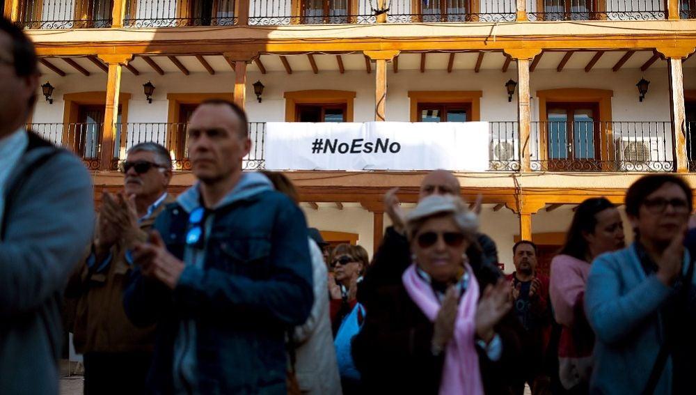 Vecinos de Ciempozuelos se concentran en la plaza del Ayuntamiento para mostrar su rechazo a la agresión múltiple sufrida por una joven en la localidad