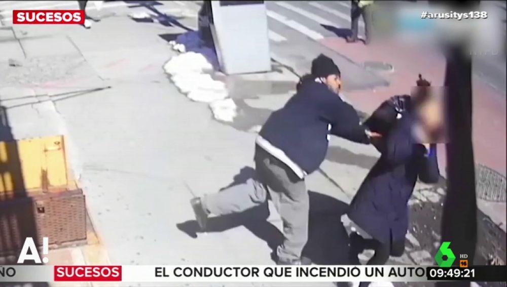 La Policía trata de localizar al hombre que propinó un puñetazo a una mujer en plena calle