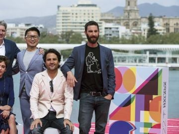El cineasta Álvaro Díaz Lorenzo posa con los actores de la película 'Los Japón'