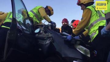 Rescatan a un hombre atrapado en su vehículo tras una colisión en Madrid