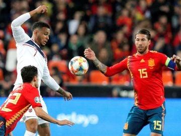 Sergio Ramos y Jesús Navas presionan a Joshua King