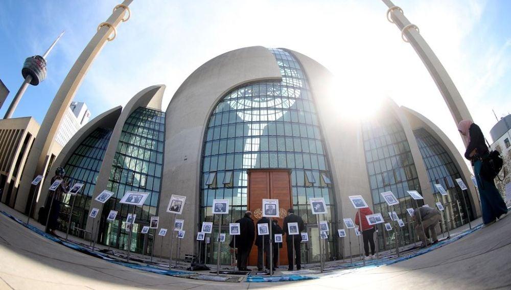 Los retratos de las víctimas junto a una pequeña reseña biográfica mostradas durante una ceremonia por las víctimas del ataque a las mezquitas
