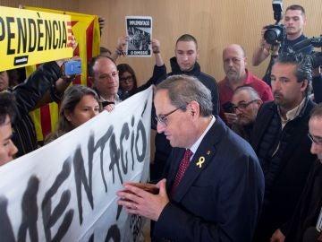 Imagen de Torra hablando con los CDR antes de intervenir en un acto en Sabadell