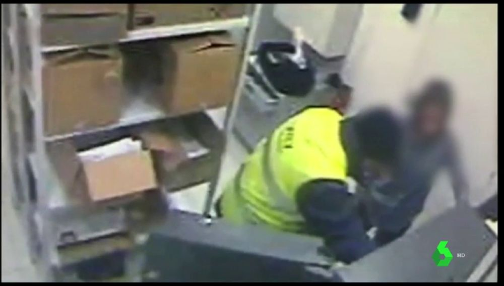 Imagen de un anciano robando en un banco