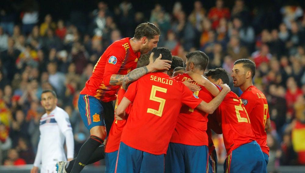Los jugadores de España celebra el 1-0 ante Noruega