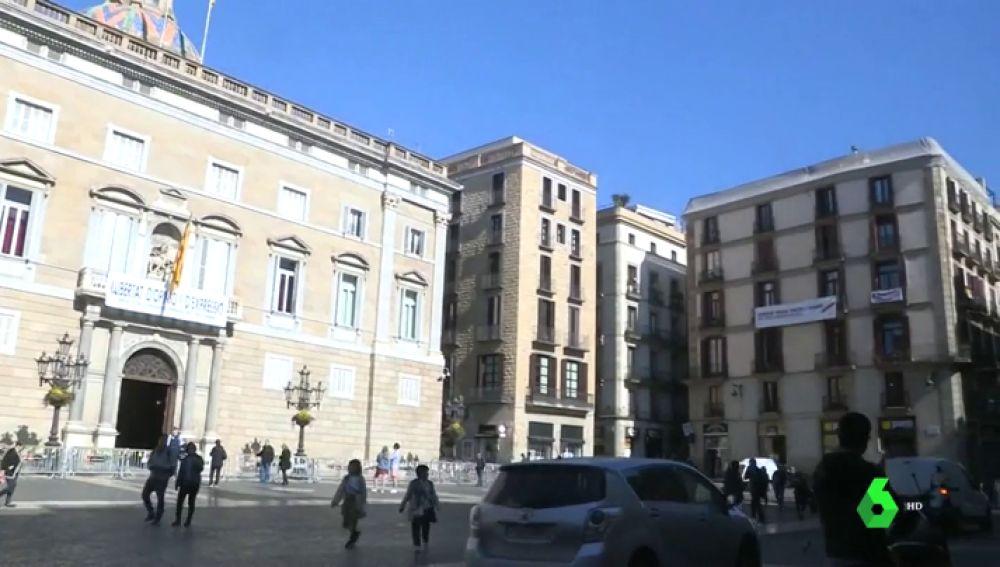 Pancarta en el edificio de al lado de la Generalitat