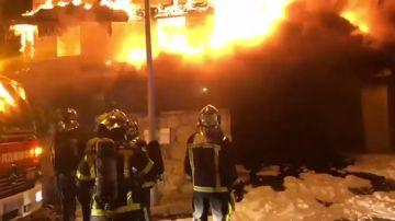 Hasta ocho dotaciones de Bomberos intervienen en el incendio de una casa en Becerril de la Sierra, Madrid
