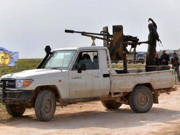 Soldados de las Fuerzas de Siria Democrática (FSD) toman posiciones cerca de la localidad de Baghouz town