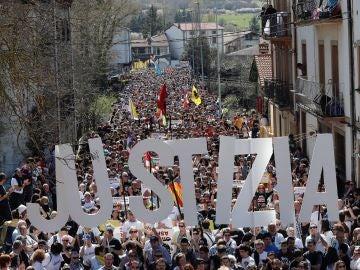 Miles de personas se manifiestan en Alsasua, Pamplona, por la sentencia que condena a ocho jóvenes por agresión a dos guardias civiles y sus parejas.
