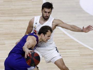 Kevin Pangos, con el balón ante la defensa del jugador Facundo Campazzo