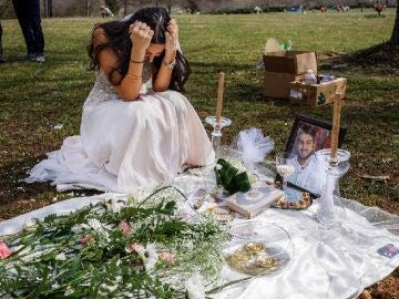 Asesinan a su novio tres semanas antes de casarse con él y visita su tumba vestida de novia el día de la boda