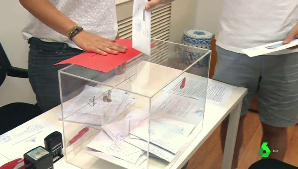 Una persona coloca un voto en el interior de una urna