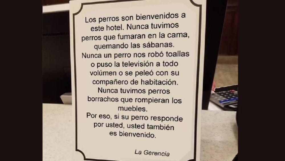 Imagen del cartel que ha puesto 'Apartamentos Monterodiles' informando de que se permiten perros