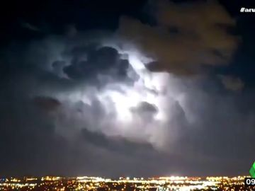 Un vídeo acelerado muestra la gran cantidad de rayos que cayeron durante una tormenta en Oklahoma, Estados Unidos