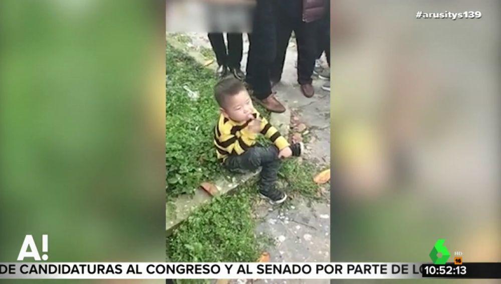 Indignantes imágenes: graban a un niño pequeño fumando un cigarro