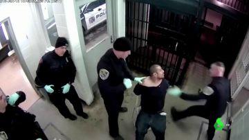 Encausan a dos policías por brutalidad policial tras propinar patadas y puñetazos a un detenido en Indiana