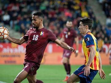 Bojan disputa un balón en el partido ante Venezuela
