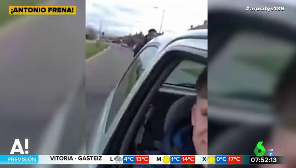 El impactante momento en el que un conductor frena su vehículo para que un ciclista se estrelle contra él